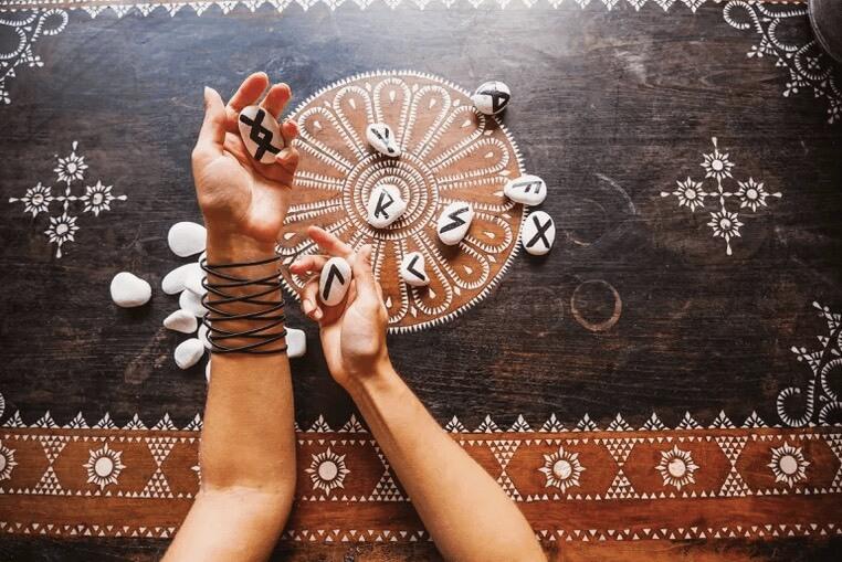 la divinazione delle rune? Origini e tecniche